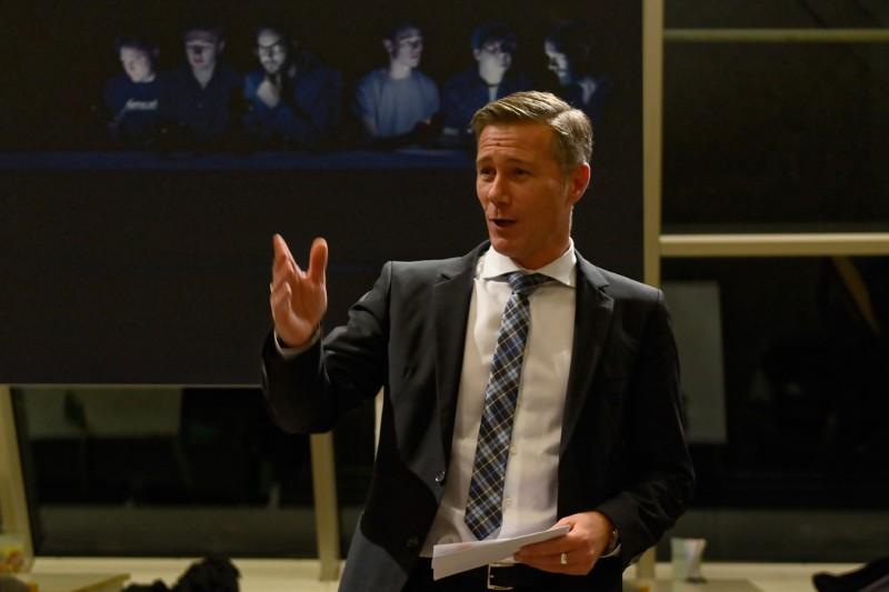 Ralph Seiffert, Kulturreferent von Neu-Ulm, eröffnet die Vernissage