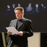 Christian Greifendorf, 2. Vorsitzender des Kunstbauraum e.V., führt in die Ausstellung ein. Und wie ;-)