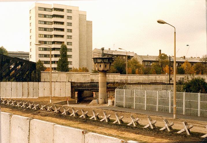 Mauerdreieck Liesenstr./Gartenstr., Berlin 1980. Foto: Alexander Buschorn under CC by de.wikipedia.org/wiki/User:Axb