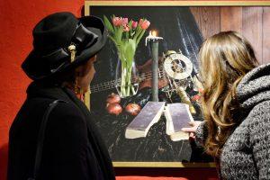 """Vernissage der Ausstellung Photo, Galerie Kunstreich 02/2018; im Bild das Stillleben """"Memento""""."""