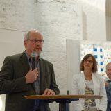 Norbert Kiening, Vorsitzender des BBK Schwaben-Nord, bei der Laudatio, recht daneben Petra Ruffing, Vorsitzende der Künstlergilde Landsberg