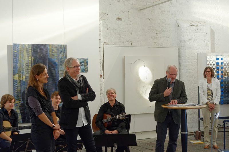 Die Preisträger: Monika Supé (für dreidimensionale Kunst), Stephan A. Schmidt (für zweidimensionales) sowie Laudator und Jury-Mitglied Norbert Kiening und Künstlergildevorsitzende Petra Ruffing