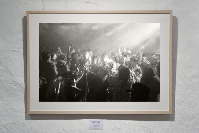 Silvester 1994, 1994, analoge SW-Fotografie (Marktredwitz); Pigmentdruck auf Bütten, 73 x 103 cm (inkl. Rahmen), 1/10