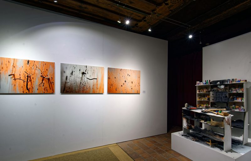 Killing Time Chapter I: War, 2011 (dreiteilige Fotodokumentation vor dem Überlackieren), C-Print auf Alu-Dibond