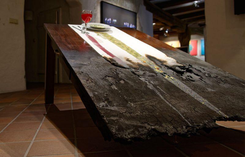 An einem Tisch, 2016, Objekt / mixed media, Kunstharz